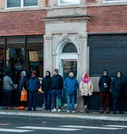 Köer utanför en Cannabisaffär i Chicago. KAMIL KRZACZYNSKI / AFP