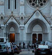 Polis och rättsmedicinsk personal utanför kyrkan i Nice där tre människor dödades Daniel Cole / TT NYHETSBYRÅN