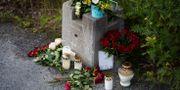 Blommor utanför grindarna till fallskärmsklubben i Umeå. Erik Abel/TT / TT NYHETSBYRÅN