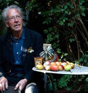 Peter Handke i sin trädgård idag. Francois Mori / TT NYHETSBYRÅN