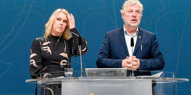 Lena Hallengren och Peter Eriksson på dagens pressträff. Ali Lorestani/TT / TT NYHETSBYRÅN
