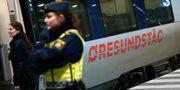 Arkivbild: Polis på väg ombord på ett Öresundståg som stannat vid Hyllie station utanför Malmö för att genomföra gränskontroll. Johan Nilsson/TT / TT NYHETSBYRÅN