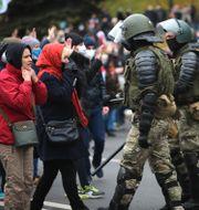 Kravallpolis och demonstranter i Belarus huvudstad Minsk.  TT NYHETSBYRÅN