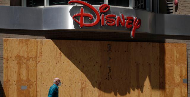 Arkivbild: En man passerar en stängd Disney-butik i San Francisco i maj. Ben Margot / TT NYHETSBYRÅN