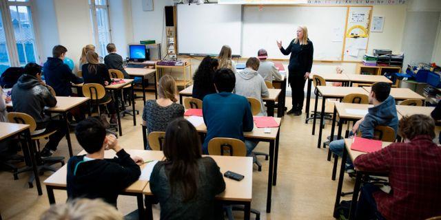 En lärare undervisar en klass med högstadieelever. Arkivbild från 2014.  JESSICA GOW / TT / TT NYHETSBYRÅN