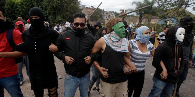Arkivbild från den 22 december. Demonstranter protesterar mot vad de menar är valfusk i Honduras huvudstad Tegucigalpa.  JORGE CABRERA / TT NYHETSBYRÅN