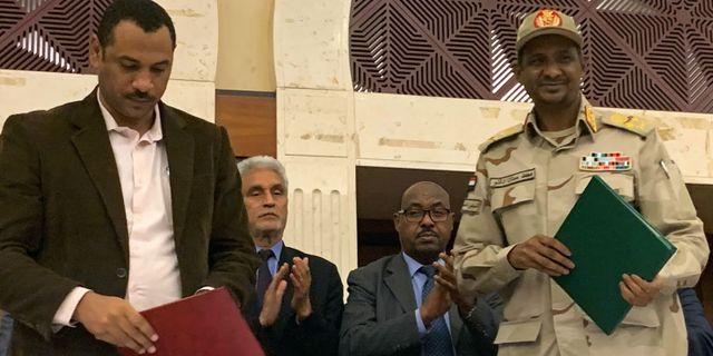 Militärjuntans Mohamed Hamdan Dagalo och Ahmad al-Rabiah från oppositionsalliansen HAITHAM EL-TABEI / AFP