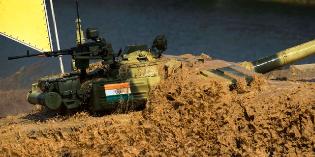 En indisk stridsvagn tar sig genom ett vattenhinder under tävlingarna Pavel Golovkin / TT / NTB Scanpix