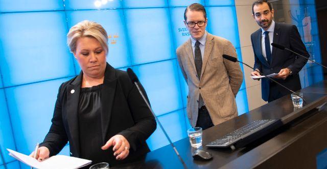 KD:s energipolitiska talesperson Camilla Brodin tillsammans med M:s och L:s motsvarigheter Lars Hjälmered och Arman Teimouri. Fredrik Sandberg/TT / TT NYHETSBYRÅN