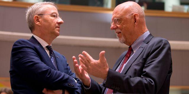Rumäniens utreikesminister Geuorge Ciamba i samtal med Hans Dahlgren (S) i Bryssel idag. Virginia Mayo / TT NYHETSBYRÅN/ NTB Scanpix