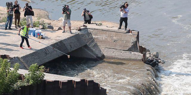 Miljöinspektörer testar vattenkvaliteten i floden Wisła.  Czarek Sokolowski / TT NYHETSBYRÅN