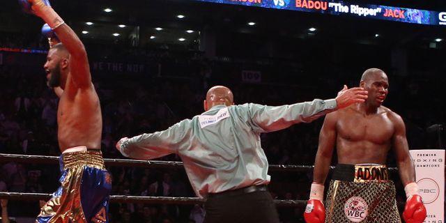Badou Jack firar efter matchens slutsignal i tron att han vunnit.  Vaughn Ridley / GETTY IMAGES NORTH AMERICA