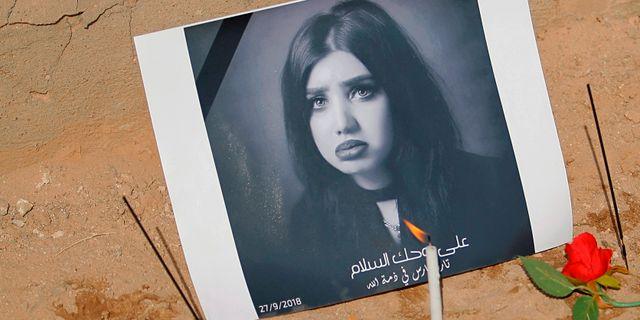 En bild på Tara Fares vid hennes grav i Najaf, Irak. Anmar Khalil / TT NYHETSBYRÅN/ NTB Scanpix