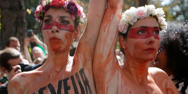 Demonstration i Paris utanför Brasiliens ambassad idag. CHARLES PLATIAU / TT NYHETSBYRÅN