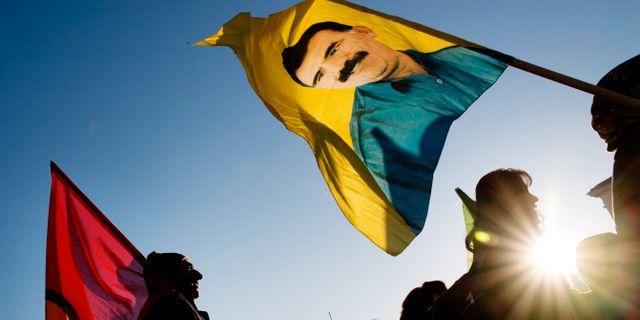 Arkiv. Abdullah Öcalans ansikte på en flagga vid en demonstration i Göteborg. ERIK ABEL / TT / TT NYHETSBYRÅN