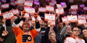 """Fans höll upp """"I fight for Oskar""""-skyltar.  Derik Hamilton / TT NYHETSBYRÅN"""