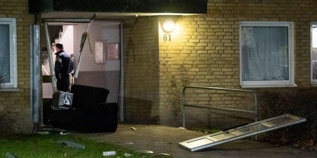 Polis på plats efter en explosion i ett trapphus i stadsdelen Rosengård i Malmö tidigt på måndagsmorgonen Johan Nilsson/TT / TT NYHETSBYRÅN