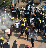 Militärjuntan använde bland annat tårgas för att skingra demonstranter i Myanmars största stad Rangoon på lördagen.  TT NYHETSBYRÅN