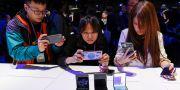 Personer som tittar på Samsung-telefoner.  STEPHEN LAM / TT NYHETSBYRÅN