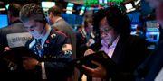 Handlare på börsgolvet i New York på måndagen. JOHANNES EISELE / AFP