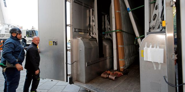 Konstverken transporteras.  Philippe Wojazer / TT NYHETSBYRÅN/ NTB Scanpix