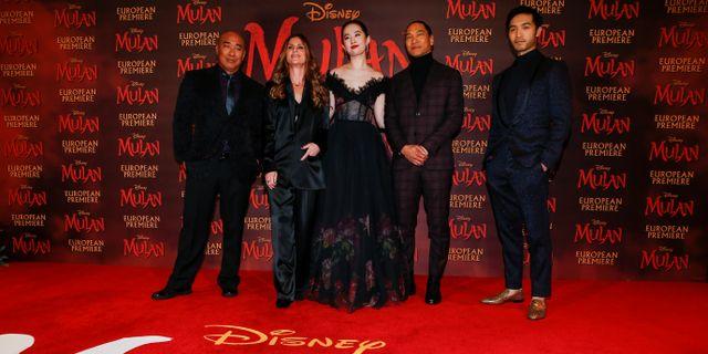 Skådespelarna Ron Yuan, Yifei Liu, Jason Scott Lee och Yoson An samt regissören Niki Caro vid premiären av Disneys nya Mulan i London i mars. Henry Nicholls / TT NYHETSBYRÅN