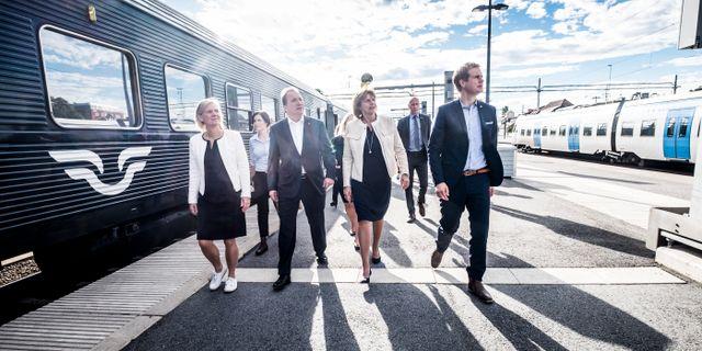 Finansminister Magdalena Andersson (S), statsminister Stefan Löfven (S), vice statsminister Isabella Lövin (MP) och utbildningsminister Gustav Fridolin (MP) på tågstationen i Uppsala. Arkivbild. Magnus Hjalmarson Neideman/SvD/TT / TT NYHETSBYRÅN