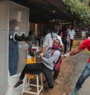 En man i Hyderabad, Indien, reagerar när han ska testas för coronaviruset på torsdagen Mahesh Kumar A / TT NYHETSBYRÅN