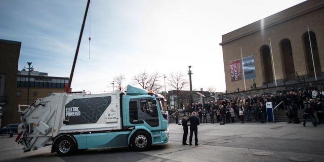 Volvo visar en eldriven sopbil som blir världens första eldrivna lastbil i serieproduktion. Foto från 2018 Björn Larsson Rosvall/TT / TT NYHETSBYRÅN
