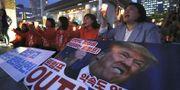 Kvinnor demonstrerade nära USA:s ambassad i Seoul, Sydkorea, mot Trumps linje mot Nordkorea i fredags. TT