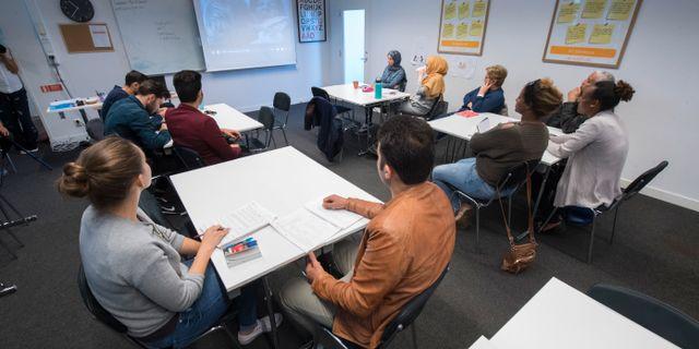 Nyanlända lär sig svenska på SFI i Sickla genom att titta på och prata om svenska filmer. Fredrik Sandberg/TT / TT NYHETSBYRÅN