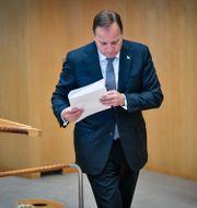 Stefan Löfven med en bunt papper i handen.  Henrik Montgomery/TT / TT NYHETSBYRÅN
