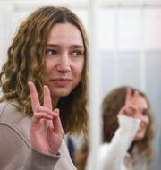 Journalisterna Darja Tjultsova och Jekaterina Andreeva i belarusisk domstol.  TT NYHETSBYRÅN
