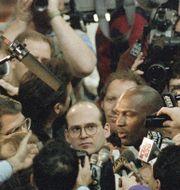 Michael Jordan omringad av reportrar och fotografer 1993. Roberto Borea / TT NYHETSBYRÅN