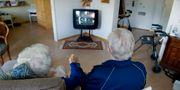 Ett äldre par tittar på teve på ett vård- och omsorgsboende. JESSICA GOW / TT / TT NYHETSBYRÅN