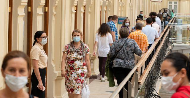 Moskva. Folk köar för att vaccinera sig mot covid-19.  Pavel Golovkin / TT NYHETSBYRÅN