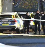 Poliser i arbete på den plats i Jordbro där en man blivit skjuten i armen. Claudio Bresciani/TT / TT NYHETSBYRÅN