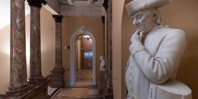 Illustrationsbild. En staty av Benjamin Franklin blickar ut över en tom korridor i Kapitolium, i Washington.  J. Scott Applewhite / TT NYHETSBYRÅN