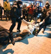 Anhängare till Navalnyj släpas ut från flygplatsen.  Dmitry Serebryakov / TT NYHETSBYRÅN