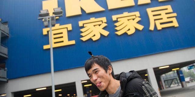 En man utanför Ikea i Kina.  Leif R Jansson / TT / TT NYHETSBYRÅN
