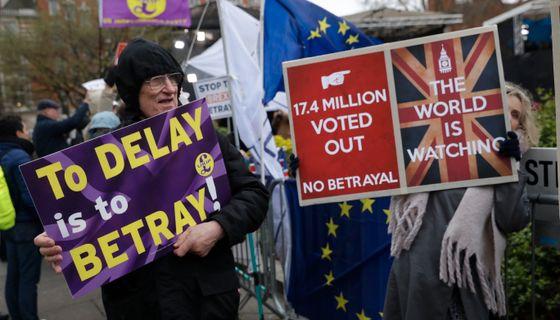 Demonstranter utanför det brittiska parlamentet