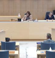 Nooshi Dadgostar och Annie Lööf under ordväxlingen. SVT Forum
