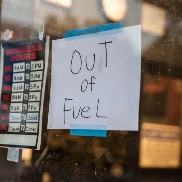 """A sign reading """"Out of Fuel"""" is taped to the window at an Exxon Gas Station on Boonsboro Road in Lynchburg, Va., Tuesday, May 11, 2021. More than 1,000 gas stations in the Southeast reported running out of fuel, primarily because of what analysts say is unwarranted panic-buying among drivers, as the shutdown of a major pipeline by hackers entered its fifth day. In response, Virginia Gov. Ralph Northam declared a state of emergency. Kendall Warner / TT NYHETSBYRÅN"""