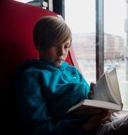 Pojke läser en bok. Illustrationsbild. Vilhelm Stokstad/TT / TT NYHETSBYRÅN