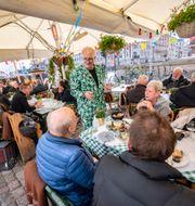 Michael Olsen serverar gäster i Nyhavn i Köpenhamn/Arkivbild Johan Nilsson/TT / TT NYHETSBYRÅN