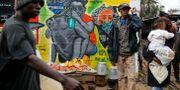 Väggar med information om smittan har målats av unga konstnärer i Kibera-slummen i Nairobi i Kenya.  Brian Inganga / TT NYHETSBYRÅN