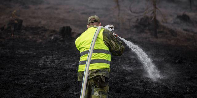 Personal från hemvärnet hjälper till att släcka skogbranden vid Älvdalens skjutfält. Adam Wrafter/SvD/TT / TT NYHETSBYRÅN