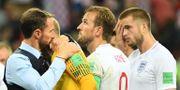 Förbundskapten Gareth Southgate kramar om målvakten Jordan Pickford. I bild även Harry Kane och Eric Dier. KIRILL KUDRYAVTSEV / AFP