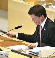 Riksdagens talman Andreas Norlén klubbar beslut i riksdagen under omröstning av ett förslag om misstroendeförklaring Claudio Bresciani/TT / TT NYHETSBYRÅN