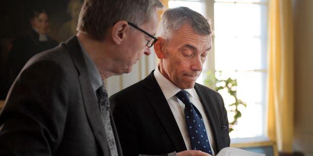 Eric Runesson tillsammans med Svenska Akademines tf stän Janerik Henriksson/TT / TT NYHETSBYRÅN